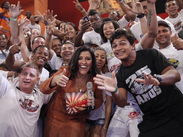 Regina Casé e capoeiristas (Foto: Globo/João Januário)