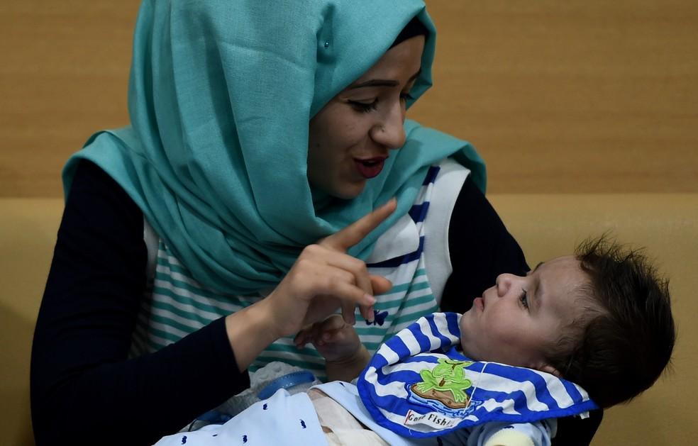 Mãe do bebê Karam participa de coletiva de imprensa em hospital de Noida, Índia, neste sábado (14) (Foto: Money SHARMA/AFP)
