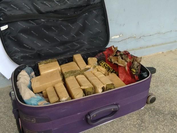Mala de maconha foi encontrada durante revista em ônibus que seguia para Porto Velho, RO (Foto: Whatsapp/Reprodução)