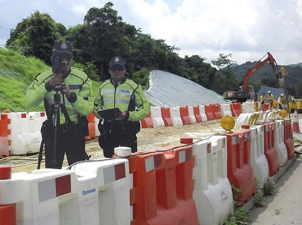 Hong Kong usa policiais de papelão com objetivo de 'assustar' os motoristas. (Foto: Efe)