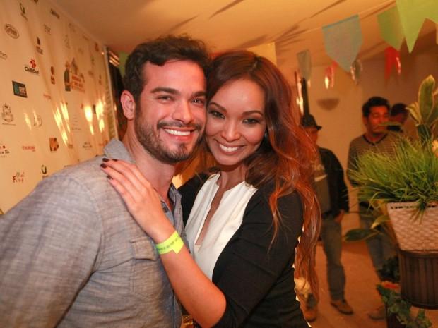 Sidney Sampaio e Carol Nakamura em festa julina no Rio (Foto: Isac Luz/ EGO)
