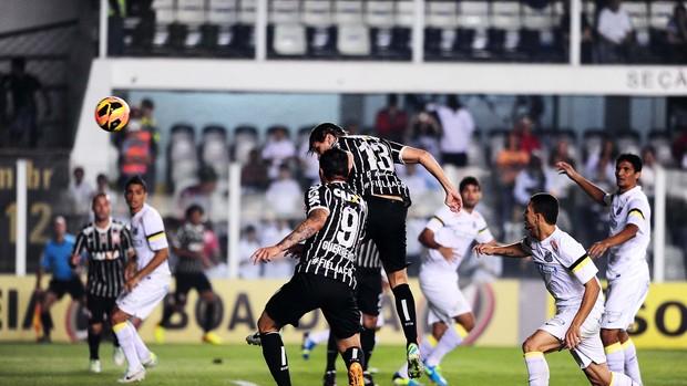Paulo André cabeceia para o gol e abre o placar na Vila Belmiro (Foto: Marcos Ribolli)