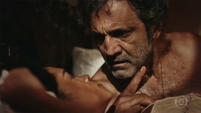 Luzia cai em prantos, e Santo faz promessa (Foto: TV Globo)