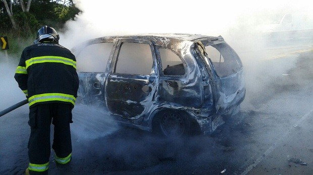 Bombeiros foram acionados para apagar as chamas, mas condutora morreu carbonizada (Foto: Ascom/PRF)