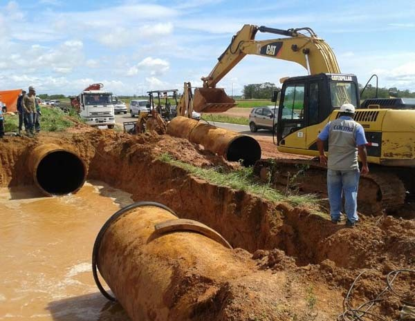 Técnicos e engenheiros da Caema se deslocaram para o local do rompimento. (Foto: Douglas Pinto/TV Mirante)