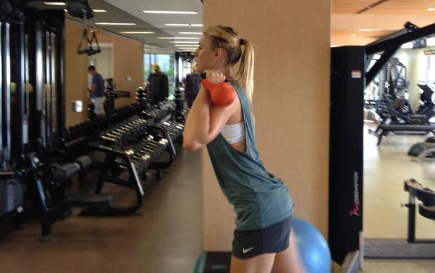 Apesar da lesão no quadril, Maria Sharapova continua rotina de treinos na academia (Foto: Reprodução / Facebook)