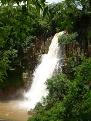 Com piscina natural e uma caverna feita com o curso da água, a Chicão 2 encanta pela beleza (Foto: Divulgação/Prefeitura de Faxinal)