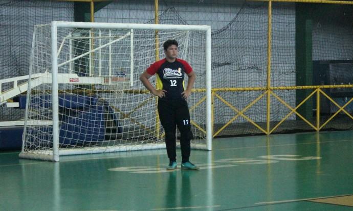 Antes de entrar em quadra, o goleiro do Colégio Recanto chorou por não poder jogar de óculos (Foto: Emerson Rocha)
