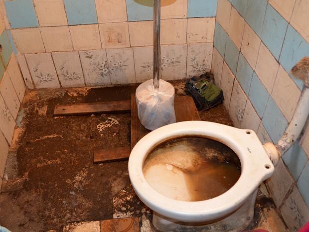 Homem reclama de vazamento de esgoto dentro de casa em Piracicaba (Foto: Fernanda Zanetti/G1)