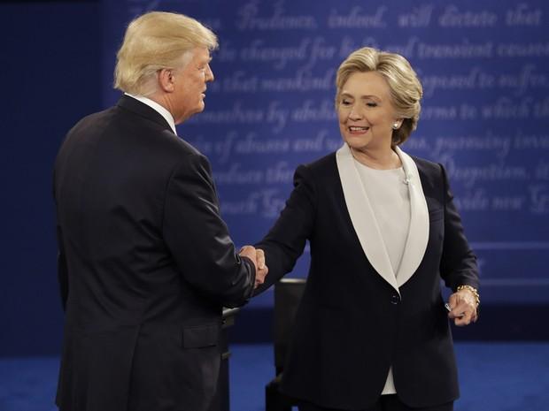 Hillary Clinton e donald Trump apertam as mãos após 2º debate