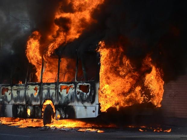 Bandidos ateiam fogo em ônibus na Rua Café Filho, zona leste de Natal (RN), nesta quarta-feira (18).  (Foto: Frankie Marcone/Futura Press/Estadão Conteúdo)