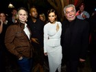 Com Kanye West, Kim Kardashian usa vestido com decote estratégico