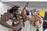 Americanos comemoram novo título mundial com banho de champagne