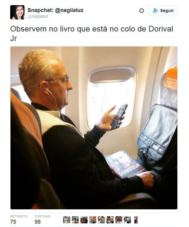 BLOG: Leitura a bordo: Dorival é flagrado com livro de técnico multicampeão