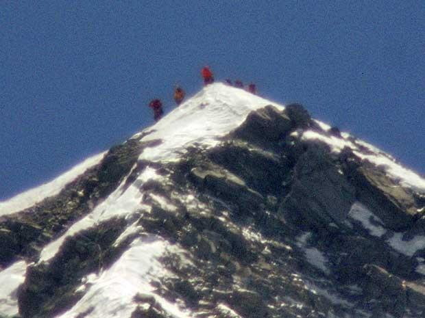 Equipe liderada pelo alpinista japonê Yuichiro Miura, de 80 anos, chega ao topo do Everest. (Foto: Kyodo News / AP Photo)