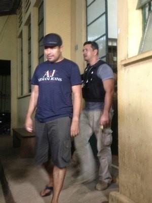 'Beto Baba' deixa Delegacia de Narcóticos e segue ao Instituto Médico Legal (IML) (Foto: Larissa Matarésio/G1)