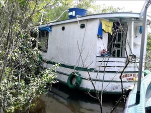 Barco foi encontrado à deriva com restos mortais e sangue (Foto: Divulgação/Batalhão Ambiental)