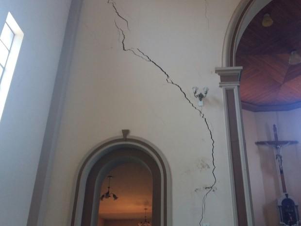 Igreja está interditada após surgimento de rachaduras nas paredes (Foto: Adolfo Lima/ TV TEM)