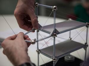 Kit tem molas, cabos, esferas e placas de aço, plástico e ímãs (Foto: Fabio Tito/G1)