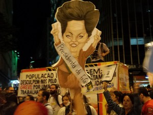Manifestante leva uma gravura de Dilma Rousseff durante protesto em BH (Foto: Pedro Triginelli/G1)