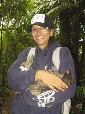 Jacqueline cuidou de uma das galinhas (Foto: Pâmela Kometani/G1)