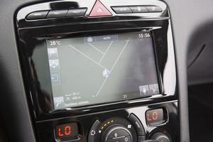 Detalhe da nova tela multimídia sensivel ao toque do Peugeot 308 reestilizado (Foto: Fabio Aro / Autoesporte)
