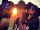 Thaila Ayala posa com modelos em festival de música nos EUA