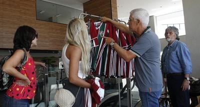 pedro antonio, fluminense, doação, camisas, centro de treinamento (Foto: Nelson Perez/Fluminense FC)