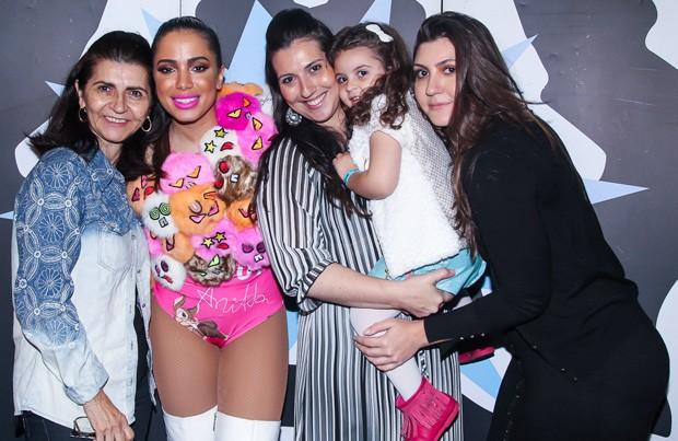 Anitta e fãs (Foto: Manuela Scarpa/Brazil News)