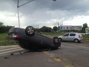 Carro capota em acidente entre duas avenidas de Palmas (Foto: Vilma Nascimento/G1)