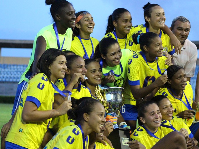 Atletas posam com troféu da Copa Piauí (Foto: Emanuele Madeira)