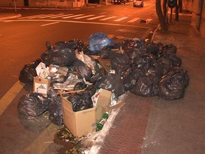 Moradores reclamam de falta de recolhimento de lixo em Vila Velha, no Espírito Santo (Foto: Reprodução/ TV Gazeta)