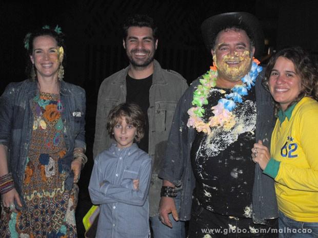 Vanessa, Thiago, o afilhado deles, Leo Jaime e a diretora Tande Bressane (Foto: Malhação/ TV Globo)