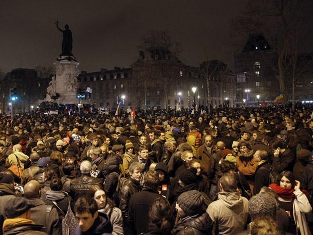 Manifestantes se reúnem na Praça de la Republique, em Paris, para protestar contra o atentado à sede da revista (Foto: Christophe Ena/AP)