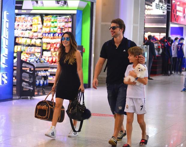 Fernanda Vasconcellos e Cássio Reis com o filho, Noah (Foto: William Oda / AgNews)