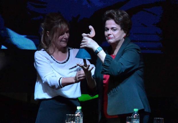 Dilma recebe prêmio na Argentina (Foto: Reprodução/Facebook/Facultad de Periodismo y Comunicación Social - UNLP)
