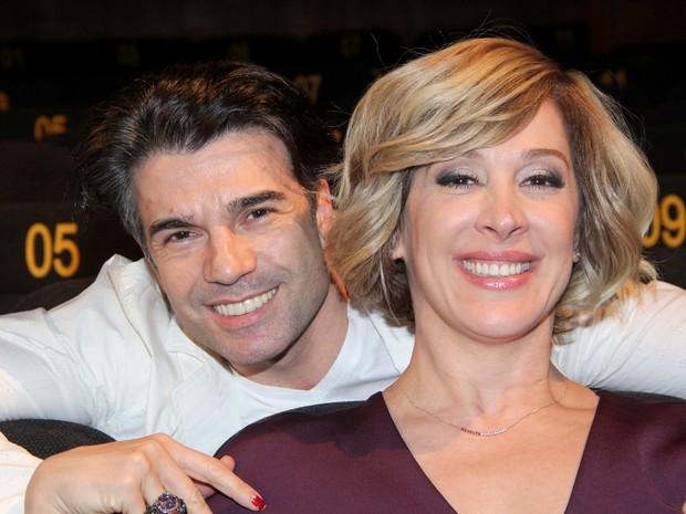 Claudia Raia e o namorado, Jarbas Homem de Mello, em pré-estreia de musical na Zona Sul do Rio (Foto: Alex Palarea/ Ag. News)