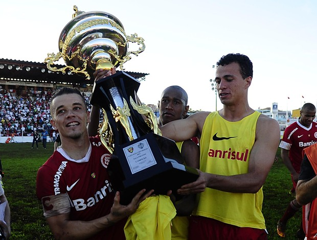 D'Alessandro e Damião com a Taça Piratini (Foto: Alexandre Lops/Divulgação, Inter)