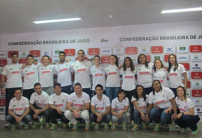 Os 18 convocados posados, além de Eduardo Faria (90kg) e Adriana Leite (78kg), que viajam como apoio (Foto: Gabriel Fricke)