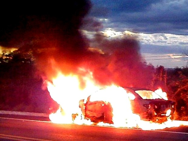 Preso em porta-malas, taxista escapa antes de carro pegar fogo (Foto: Moisés Lopes/PiripiriRepórter)
