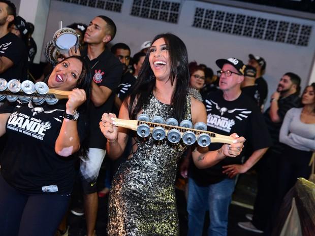 Ex-BBB Amanda Djehdian na quadra da Gaviões da Fiel em São Paulo (Foto: Leo Franco/ Ag. News)