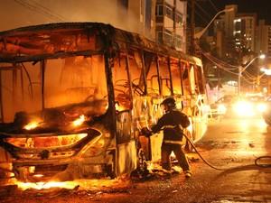 Ônibus da linha 39 na cidade de Natal foi incendiado na avenida Hermes da Fonseca na noite de segunda-feira (16) após rebelião em presídios do Rio Grande do Norte. Homens da Força Nacional desembarcaram em Natal nesta terça (17) para ajudar na segurança (Foto: Alex Regis/Tribuna do Norte/Estadão Conteúdo)