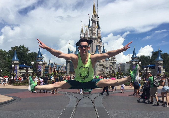 Diego Hypolito fez acrobacias em frente ao famoso castelo da Disney (Foto: Reprodução / Instagram)