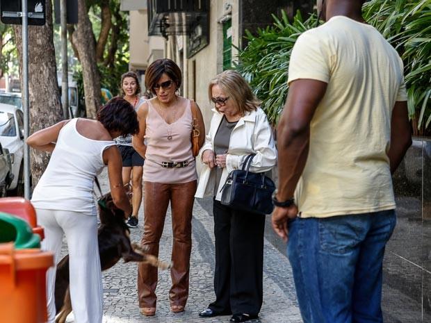 Gloria Pires e Natalia Timberg se deparam com a euforia de um fã, digamos, 'inusitado' nas ruas de Copacabana (Foto: Ellen Soares / Gshow)