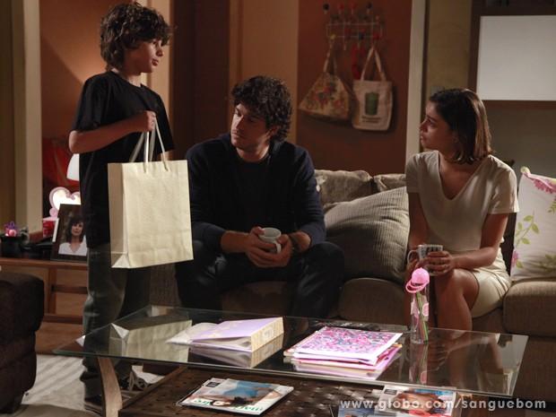 André entrega o presente que a mãe mandou dar à tia (Foto: Ellen Soares/TV Globo)