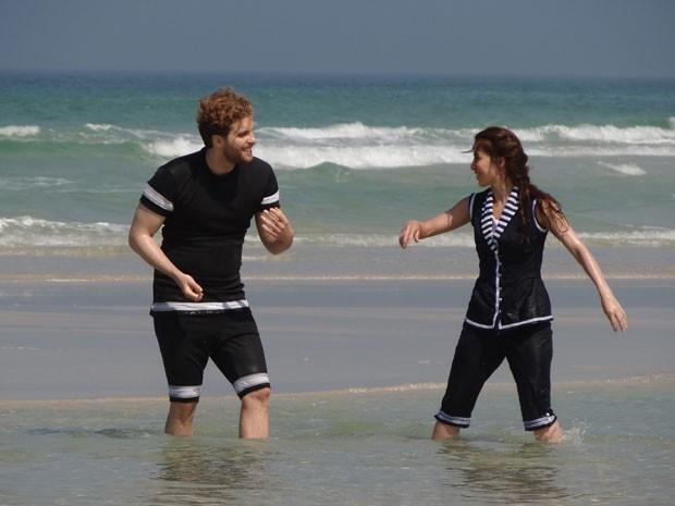 Laura e Edgar namoram na praia (Foto: Lado a Lado/Tv Globo)