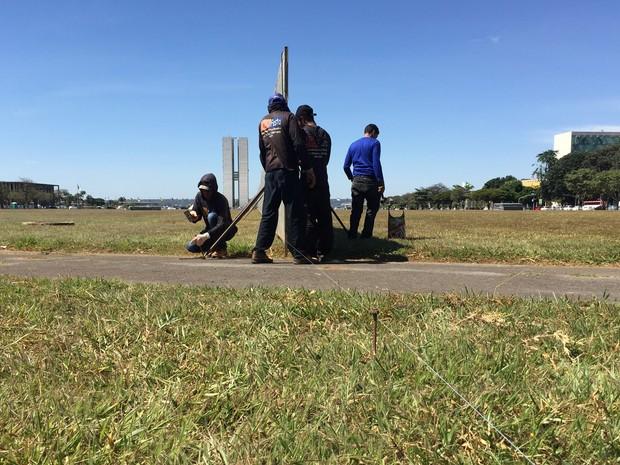 Funcionários instalam 'muro do impechment' na Esplanada (Foto: Gabriel Luiz/G1)