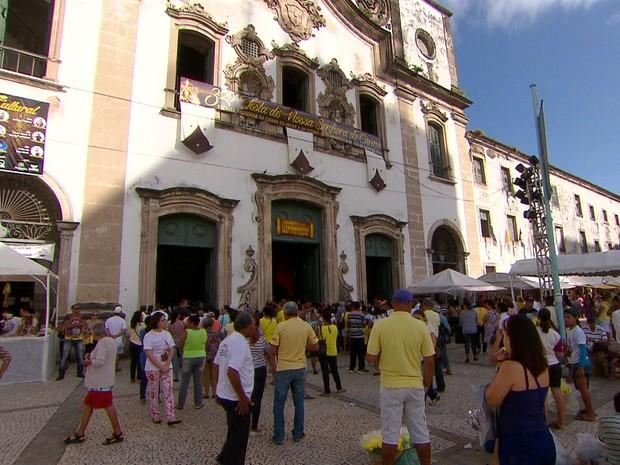 Fiéis prestam primeiras homenagens a Nossa Senhora do Carmo, no Recife (Foto: Reprodução/TV Globo)