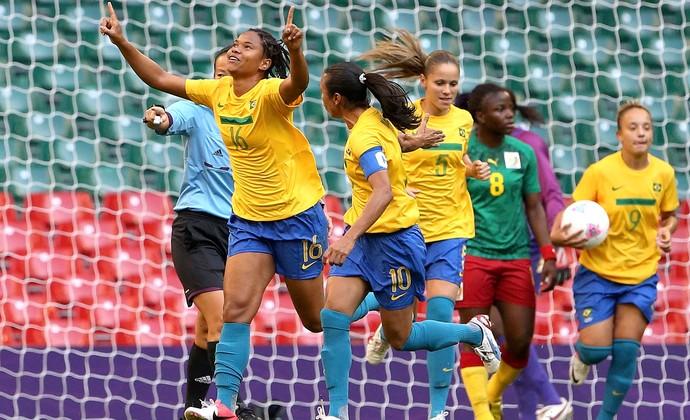Renata Costa comemora gol do Brasil contra Camarões (Foto: Reuters)