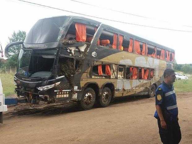 Lateral do ônibus ficou destruída após ônibus tombar (Foto: Arquivo Pessoal)